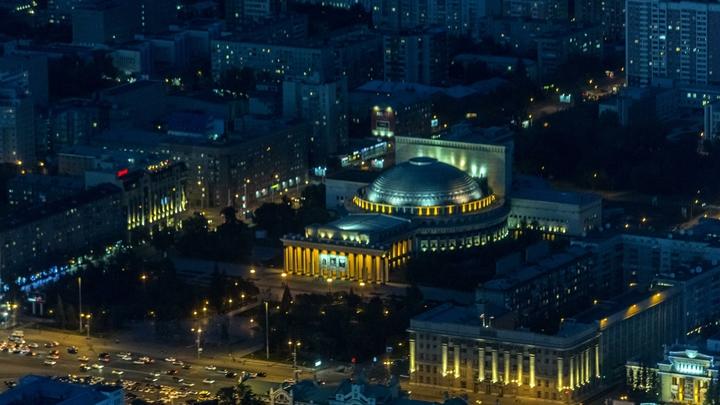 Сострадание и надежда: Новосибирский оперный театр окрасился в фиолетовый цвет