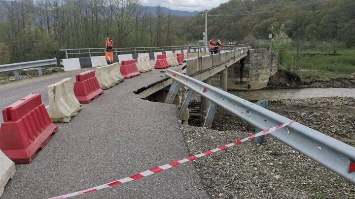 В Туапсинском районе перед мостом обвалилась дорога