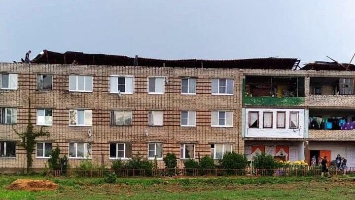 Крышу снесло: в Камешковском районе начали ремонт поврежденного ураганом дома