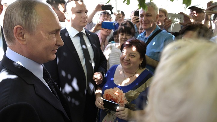 Туристка на Арбате от избытка эмоций поцеловала Путина