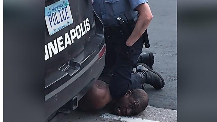 Полицейскийбуквально задушил коленом задержанного. Вспыхнули протесты