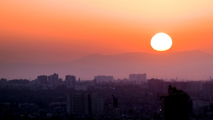 Столица Сирии под огнём с воздуха, работает ПВО. На фото - зарево пожара