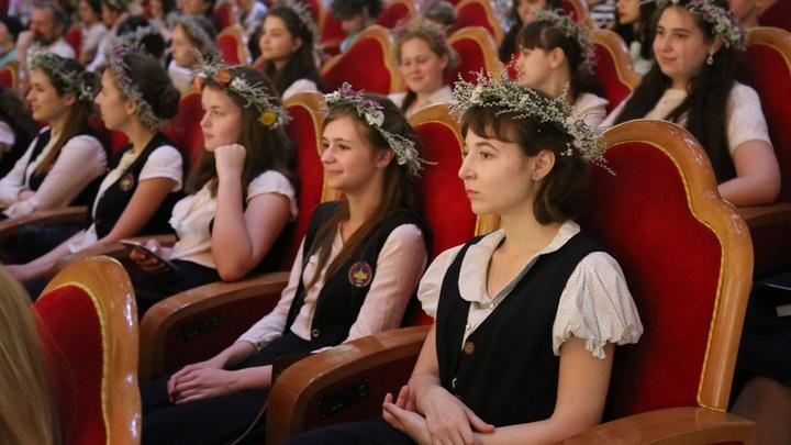 Нести свет веры: Православных выпускников напутствовали в Храме Христа Спасителя