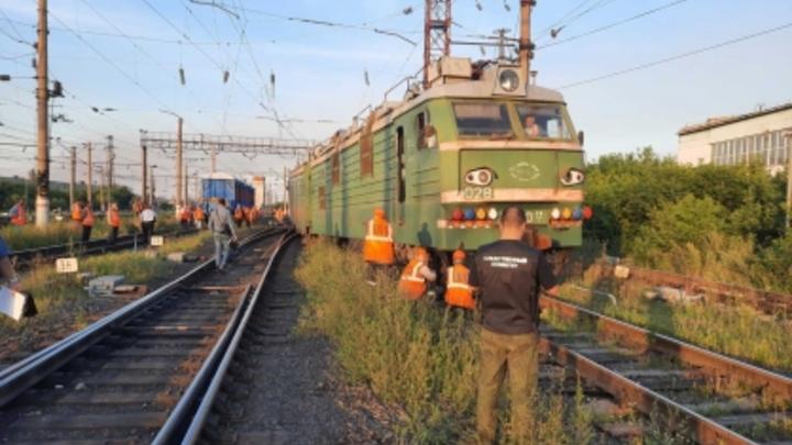 В Челябинской области с рельс сошел электровоз и вагоны