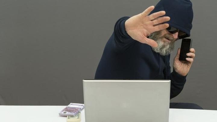 Как защитить пенсионеров от телефонных мошенников: Назван единственный способ