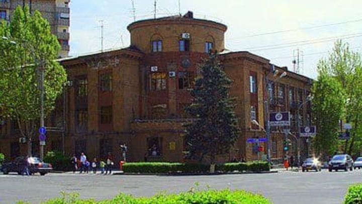Армянская оппозиция проникла в здание районной администрации Еревана