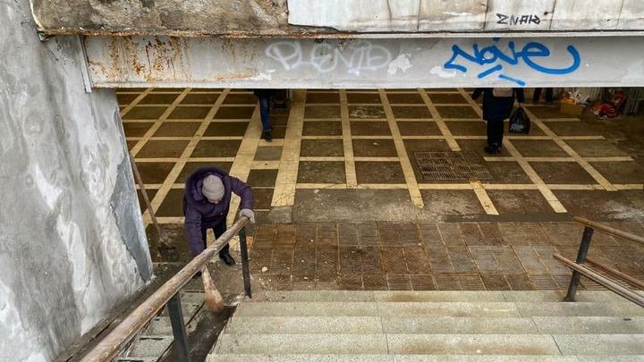 В Челябинске в подземном переходе на головы пешеходов обвалилась плитка