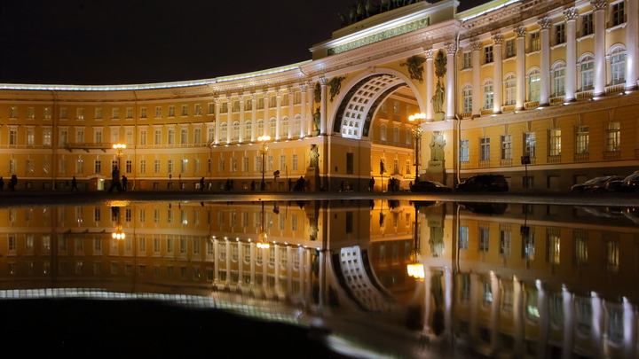 В Санкт-Петербурге полиция эвакуирует Дворцовую площадь