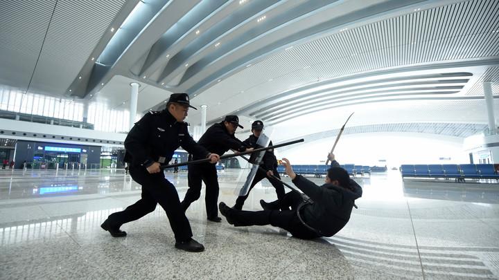 Китайские полицейские получили очки Робокопа