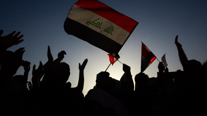 Протестующие в Ираке толпой бросились на американское посольство и подожгли его - СМИ