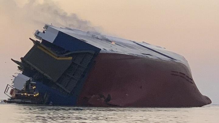 Грузовое судно перевернулось вСША