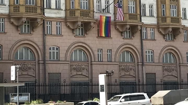 О радужный флаг у посольства США вытерли ноги: Хороший половой коврик