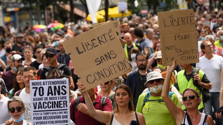 Тысячи французов взбунтовались против вакцинации. Виновата... Россия?