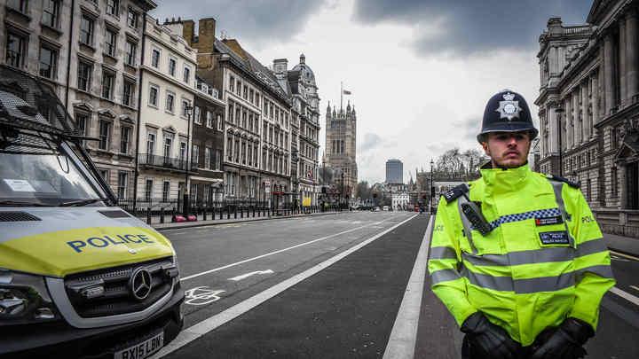 Полицейский спешит на помощь: В Великобритании полисмен, не умеющий плавать, спас утопающего
