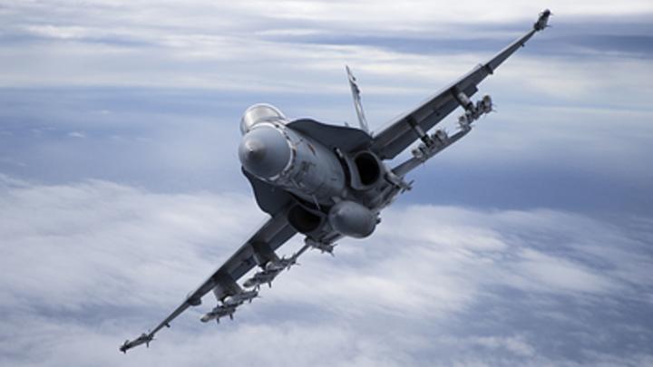 Испанский Hornet: В Сети опознали дерзкий истребитель НАТО возле самолета Шойгу