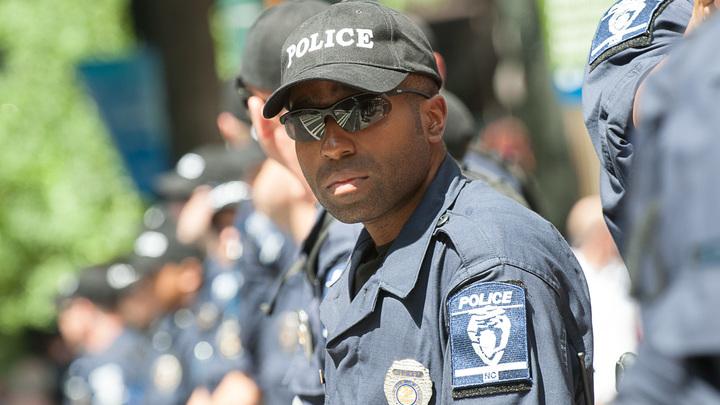 Полиция ранила мужчину, взявшего заложников в ресторане в Чарльстоне