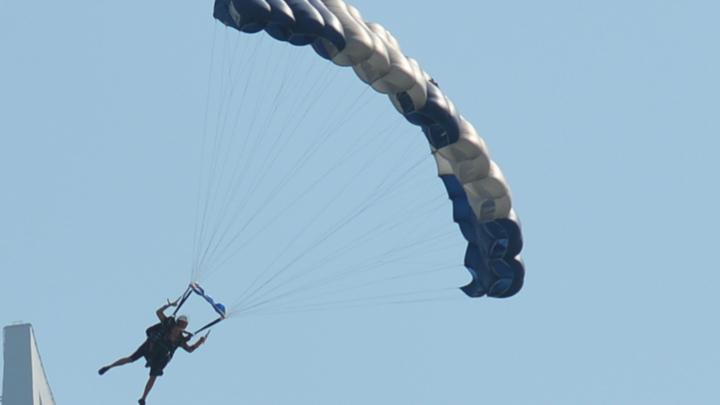 Экстремал-парашютист прыгнул с самой высокой трубы петербургской котельной