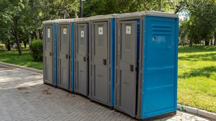 Жители Новокузнецка устали смотреть на справляющих нужду в кустах и просят мэра об уличных туалетах