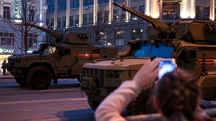 Женщины в форме, военная техника и солнечное гало: Как прошла репетиция парада в Новосибирске 5 мая