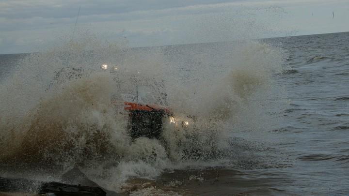 В Свердловской области автомобиль с водителем и пассажиром утонул в озере
