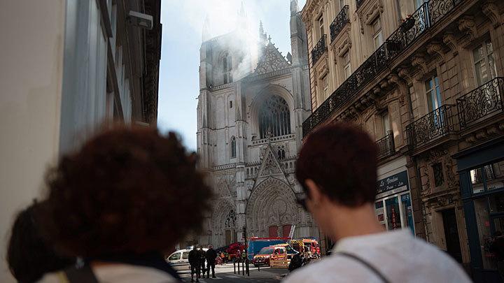 Начало конца Франции: Мигранты жгут старинные соборы – власти молчат