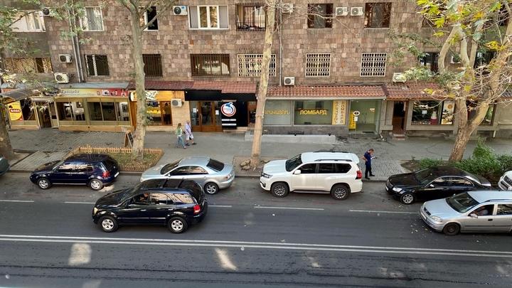 В Ереване машина протаранила бетонное ограждение-водитель погиб на месте