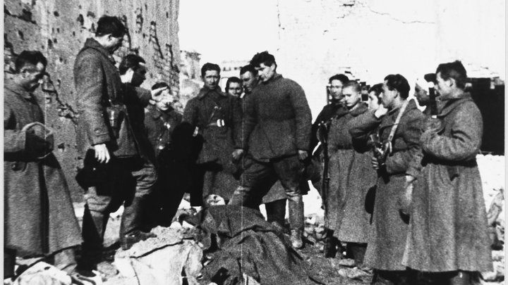 Сумасшедшие Иваны пели песни и шли на смерть: Солдат вермахта вспомнил о сталинградском аде