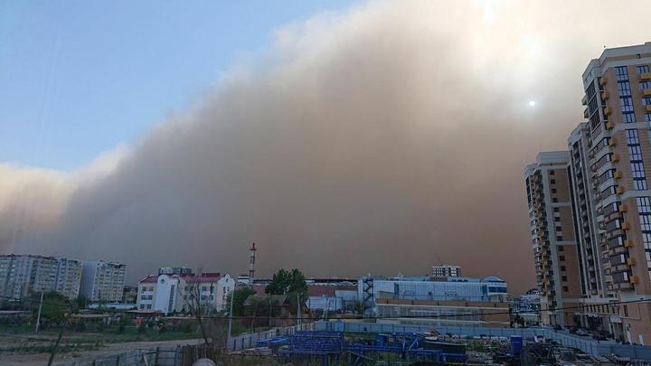 Надвигающуюся на Астрахань мощную песчаную бурю сняли на видео