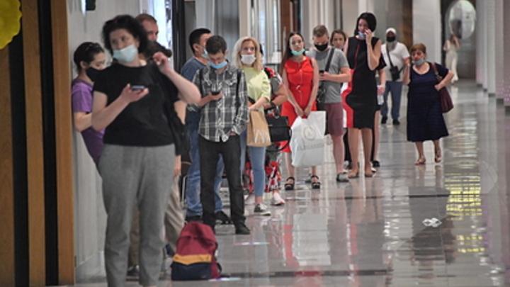 Очередь из желающих сдать тест на ковид выстроилась у поликлиники в Новосибирске