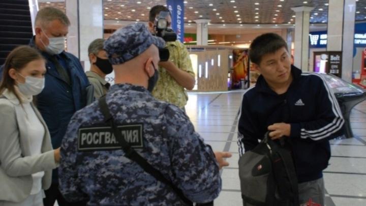 Бойцы Росгвардии начали проверять соблюдение масочного режима в Екатеринбурге