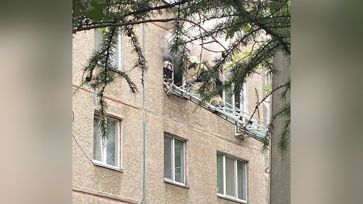 Пришлось выбивать окно: в Челябинске в закрытой пустой квартире вспыхнул пожар