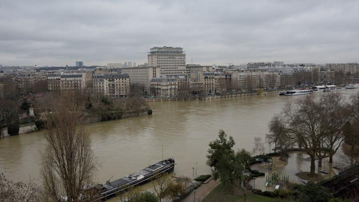 В центре Парижа затонул плавучий исторический памятник
