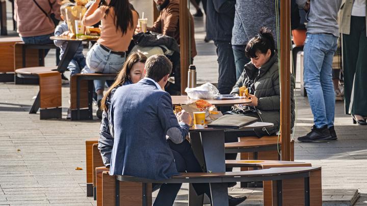 Больше тысячи летних кафе и веранд появится в Петербурге