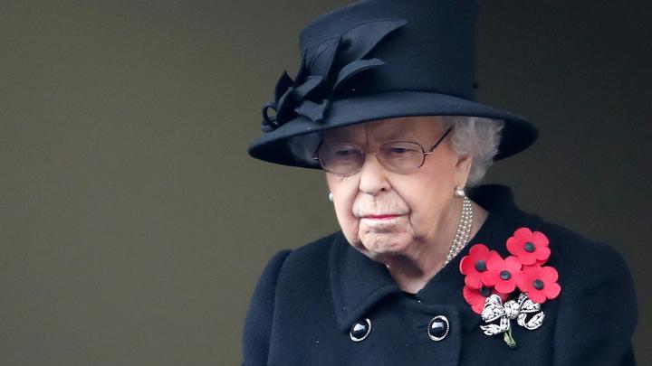 Британская королева озадачила страннойброшью: Полита кровью?