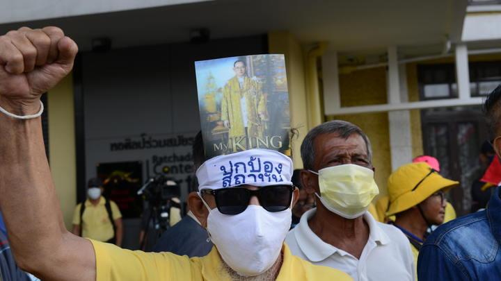 Четыре ящика писем и избитый русский: Королю Таиланда доложили об итогах народных протестов