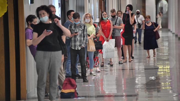 Десятки человек встали в очередь за прививкой от ковида в новосибирской больнице