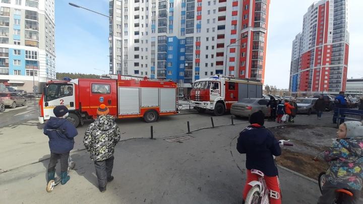 В Екатеринбурге пожарные эвакуировали из горящего дома 37 человек