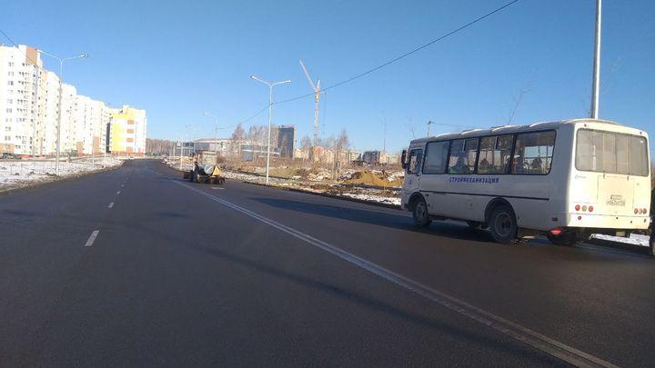 В новом микрорайоне Челябинска построили дорогу с живой изгородью