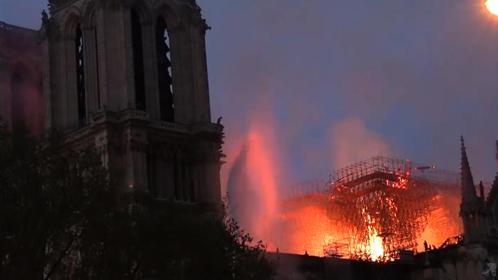 СМИ показали, что увидел Макрон, когда вошёл в еще горящий собор