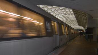 Спасатели опубликовали фото с места схода поезда в метро в Вашингтоне