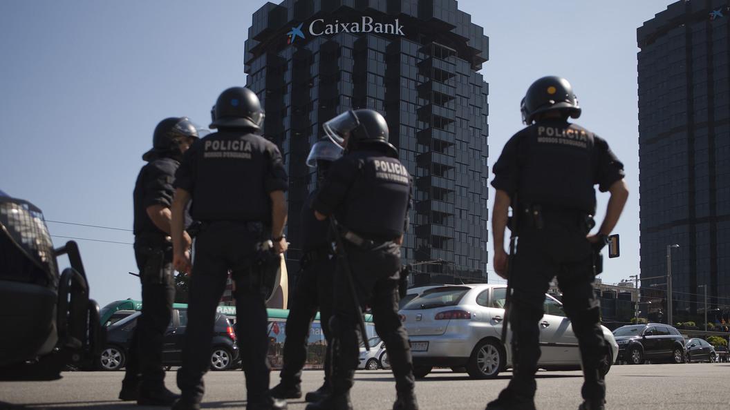 Грузовой автомобиль наехал напешеходов вБарселоне