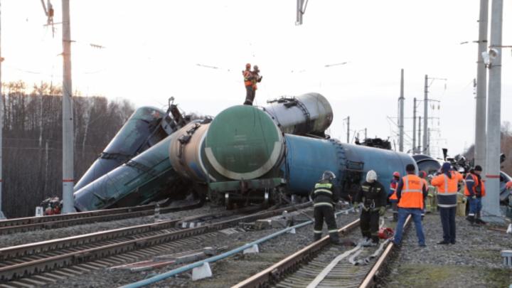 На месте крушения поезда под Ковровом убирают загрязненный мазутом грунт