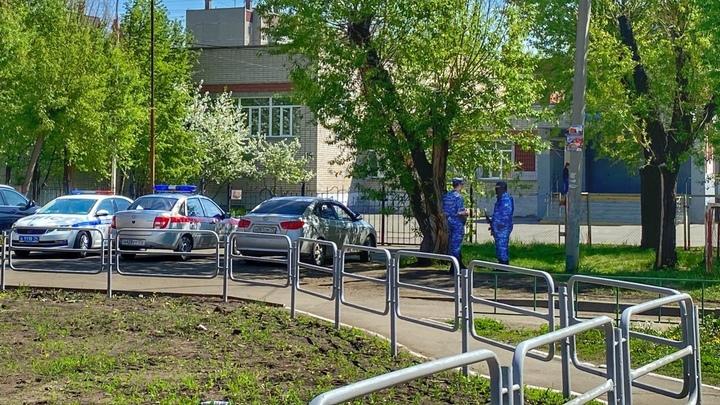 Люди с автоматами: в Челябинске во дворе жилого дома прошла спецоперация