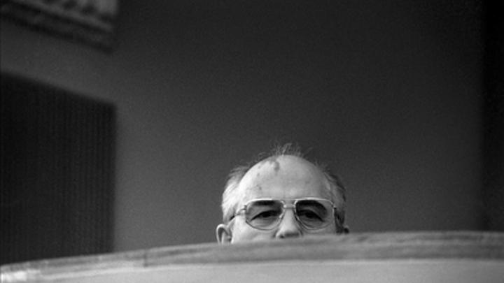 Открытка Горбачёву: Самую сильную в мире русскую армию превратили... в грузчиков