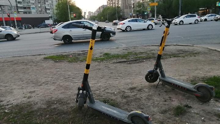 В Челябинске двое мужчин попытались угнать один электросамокат
