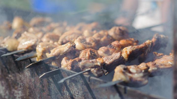 Сухое и глянцевое: Роспотребнадзор рассказал, на что нужно обратить внимание при покупке мяса для шашлыка