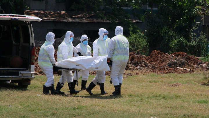 Смертность до 5,5% в мире и британский премьер в реанимации: Последние новости о коронавирусе