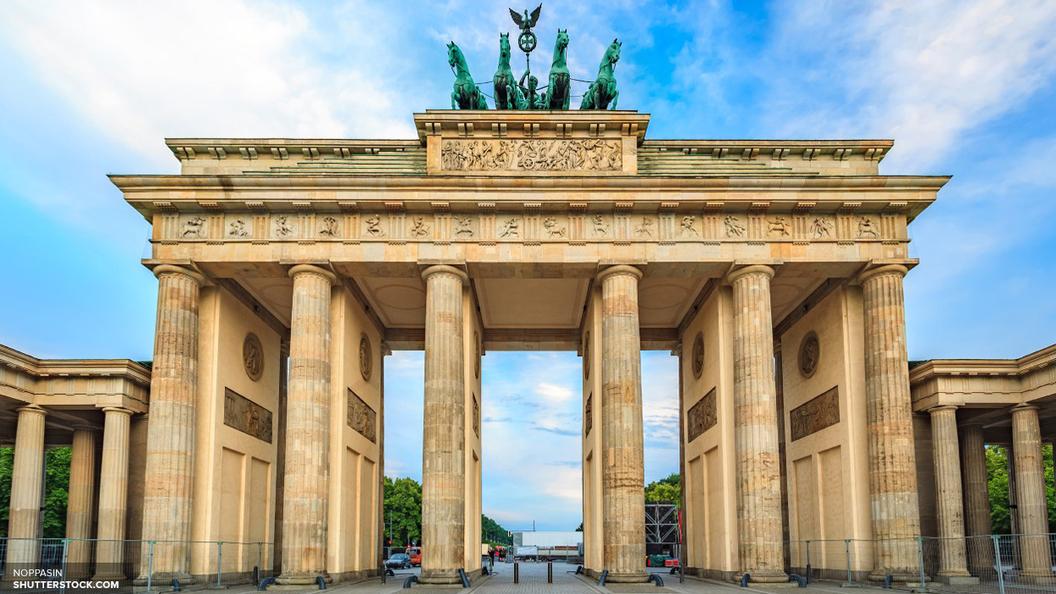 Бранденбургские ворота окрасили в цвета российского флага, несмотря на запрет властей