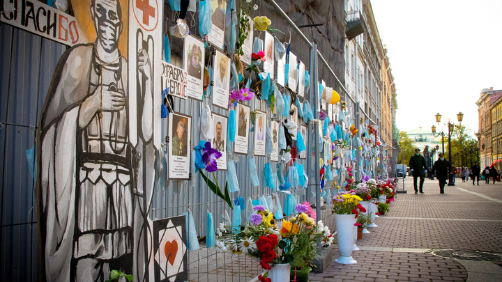 Не дождались: пока власти не спешат, жители Санкт-Петербурга сами ставят памятник погибшим врачам