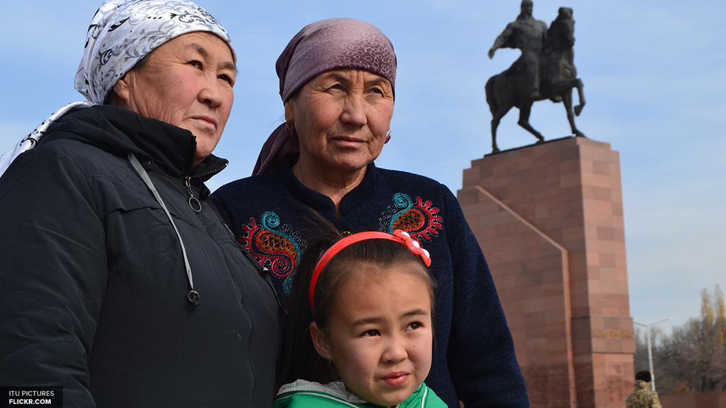 В Киргизии 150 спасателей продолжают поиски пропавших после схода оползня, убившего 9 детей